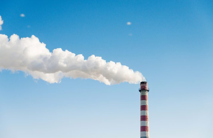 Chimenea industrial con humo
